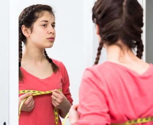 ergenlikte yaşanan güçlükler: aynada kendine bakan kız