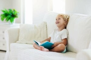 Kitap okuyan mutlu çocuk