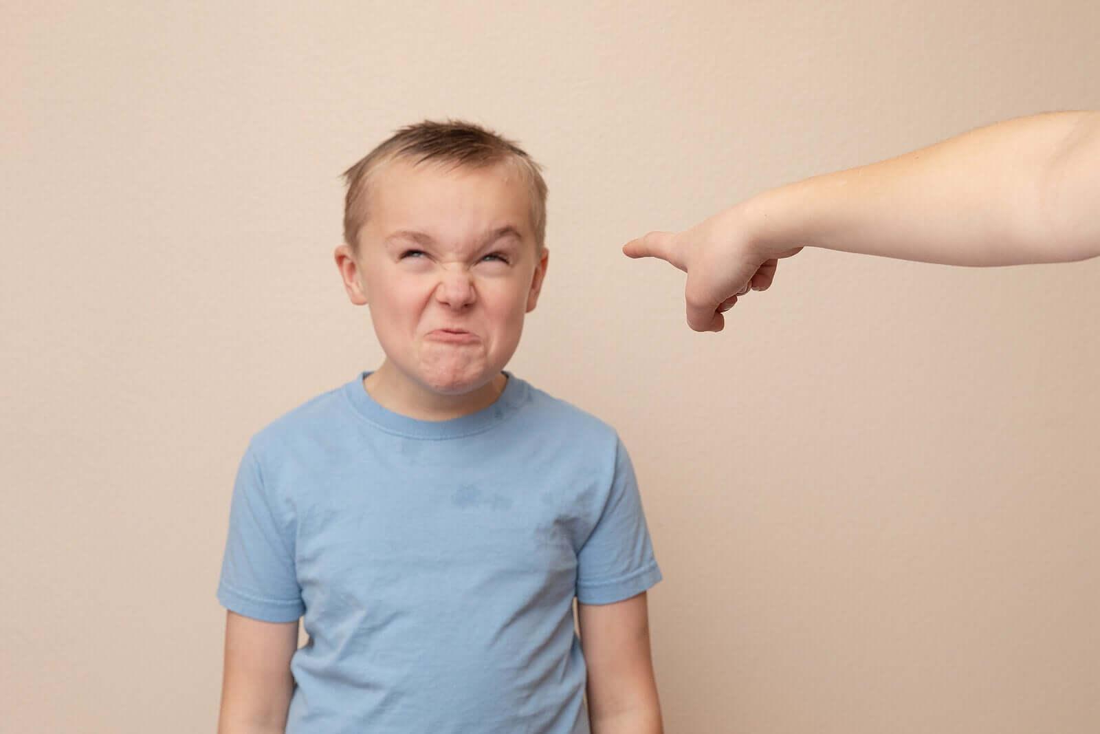 kızgın ve kötü davranan bir çocuk