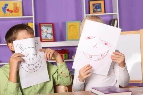 komik suratlar çizen çocuklar