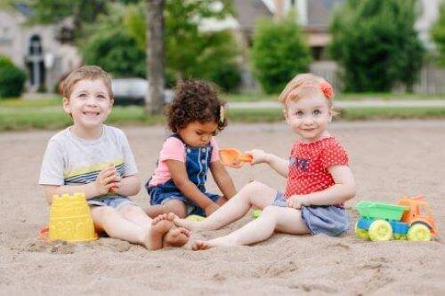 kumda oynayan çocuklar