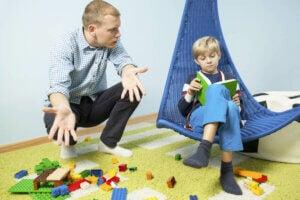 oyuncaklarını dağınık bir biçimde bırakan çocuk