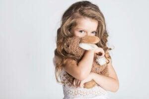 pelüş oyuncağına sarılan utangaç kız