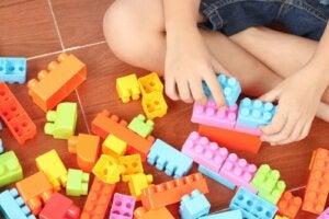 renkli bloklarla oynayan çocuk