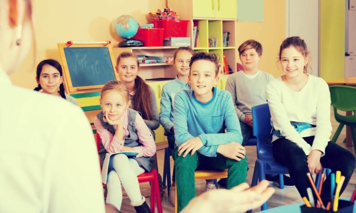 sınıfta öğretmenden ders dinleyen çocuklar