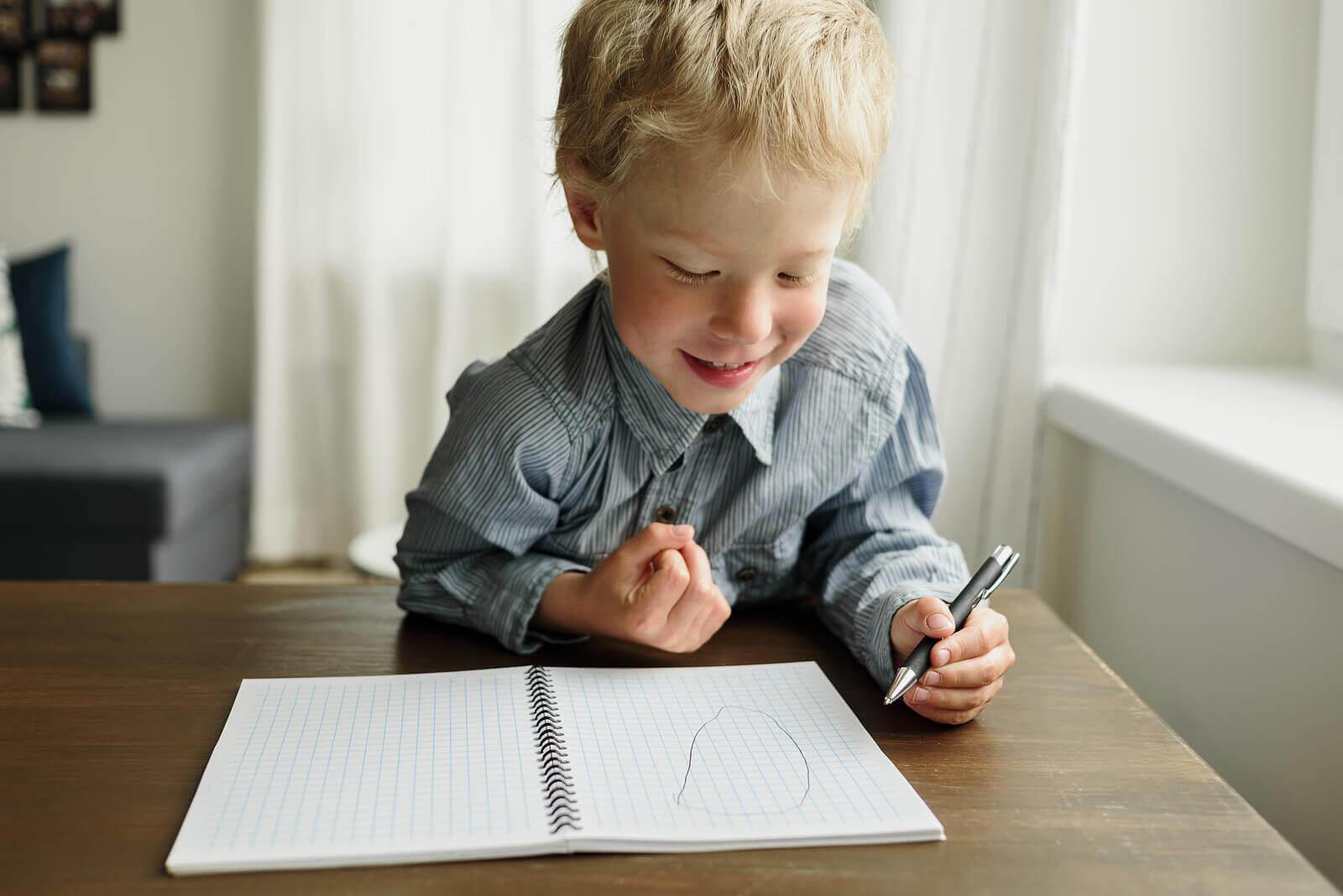 sol elli çocuk resim çiziyor