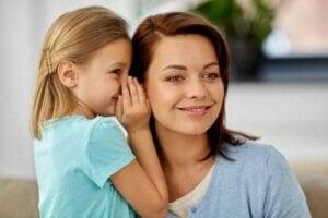 Annesine soru soran bir çocuk