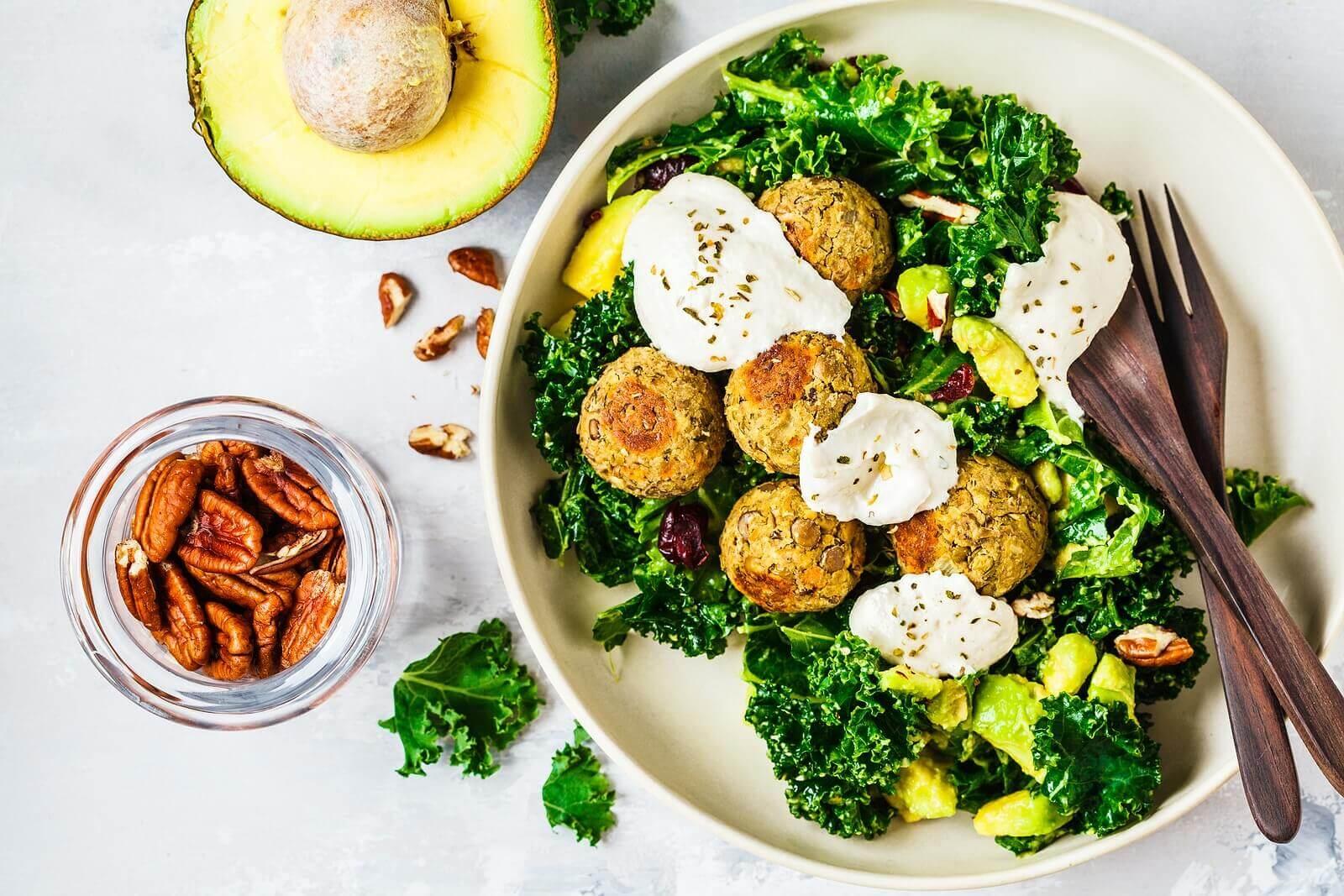 tahinli yeşil bir vegan tabağı