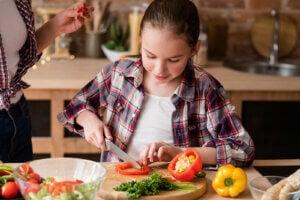 vegan bir yemek hazırlayan kız