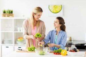vejetaryen bir yemek hazırlayan anne ve kız