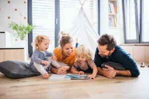 Yerde birlikte kitap okuyan bir aile