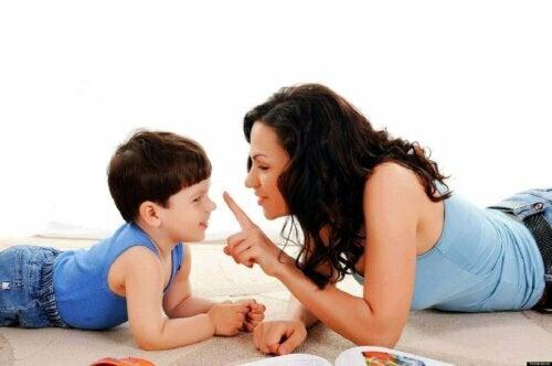 konuşan anne ve çocuk