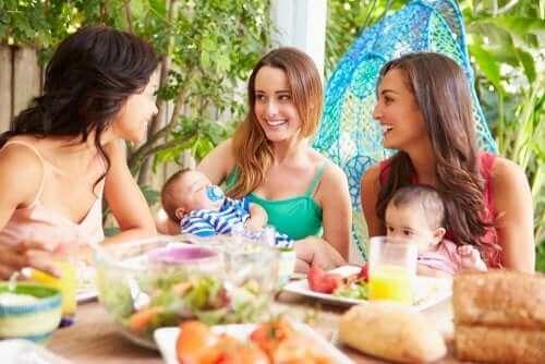 yemek yiyen anneler
