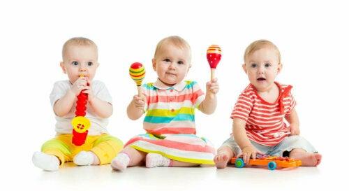 çıngıraklarla oynayan bebekler