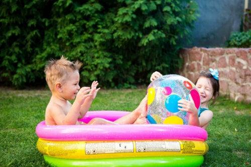 şişme havuzda oynayan kızlar