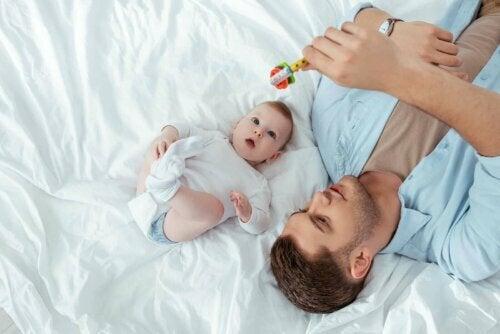 Bebeğiyle oynayan baba