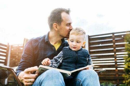 oğluna kitap okuyan baba