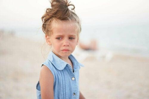 üzgün görünen çocuk