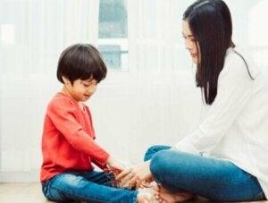 Annesi ile oyun oynayan çocuk