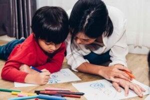 Annesi ile birlikte resim çizen çocuk