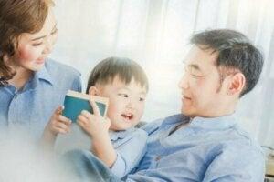 Çocukları ile konuşan anne baba