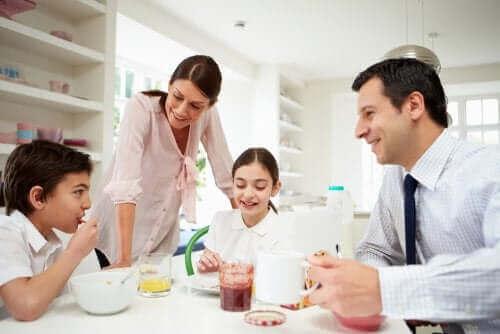 anne baba çocuklar kahvaltı sofrasında