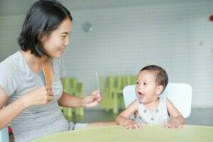 Oyun kartları ile oynayan anne ve çocuk
