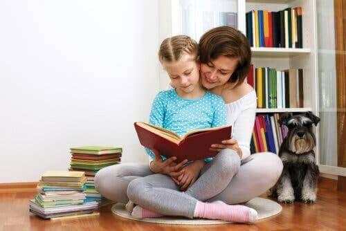 anne çocuk kitap okuyor