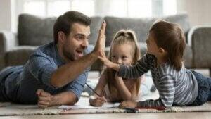 Kızları ile oynayan baba