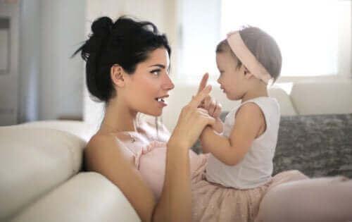 bebeğiyle konuşan anne