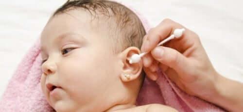 bebeğin kulağını temizleme