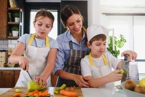 birlikte yemek yapan aile