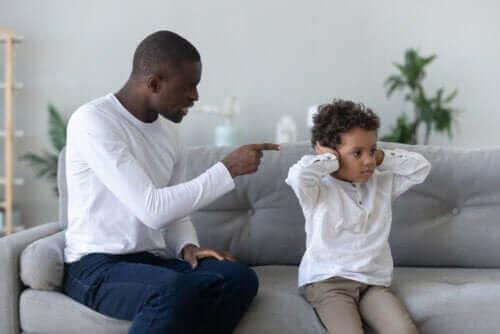 baba çocuğa bağırıyor Çocuğunuza bağırmaktan kaçınmak