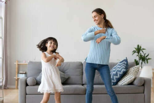 çocukları tablet kullanmadan sakinleştirmek: dans eden anne çocuk