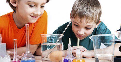 Deney tüplerini gözlemleyen beş altı yaşlarında iki erkek çocuğu