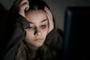 Kötü hisseden bir genç kız
