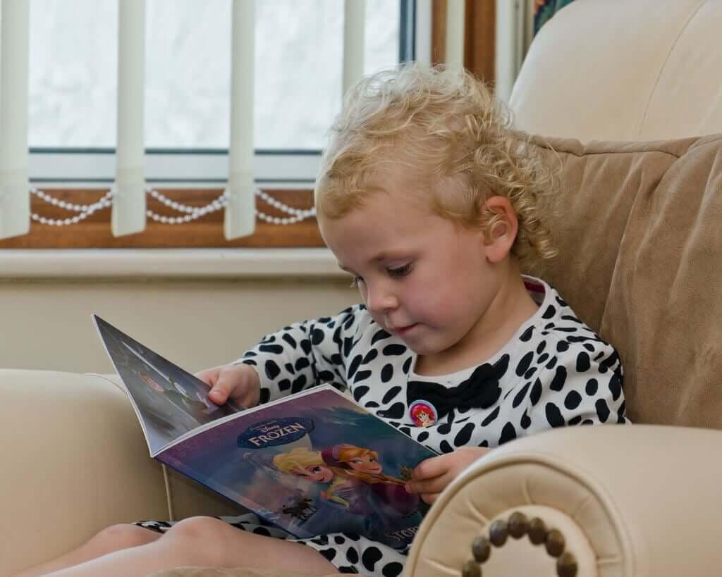 koltukta kitap okuyan çocuk