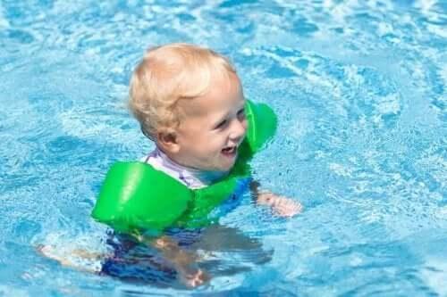 Su oyunu oynayan yeşil kolluklu çocuk