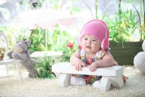 kulaklık takan bebek