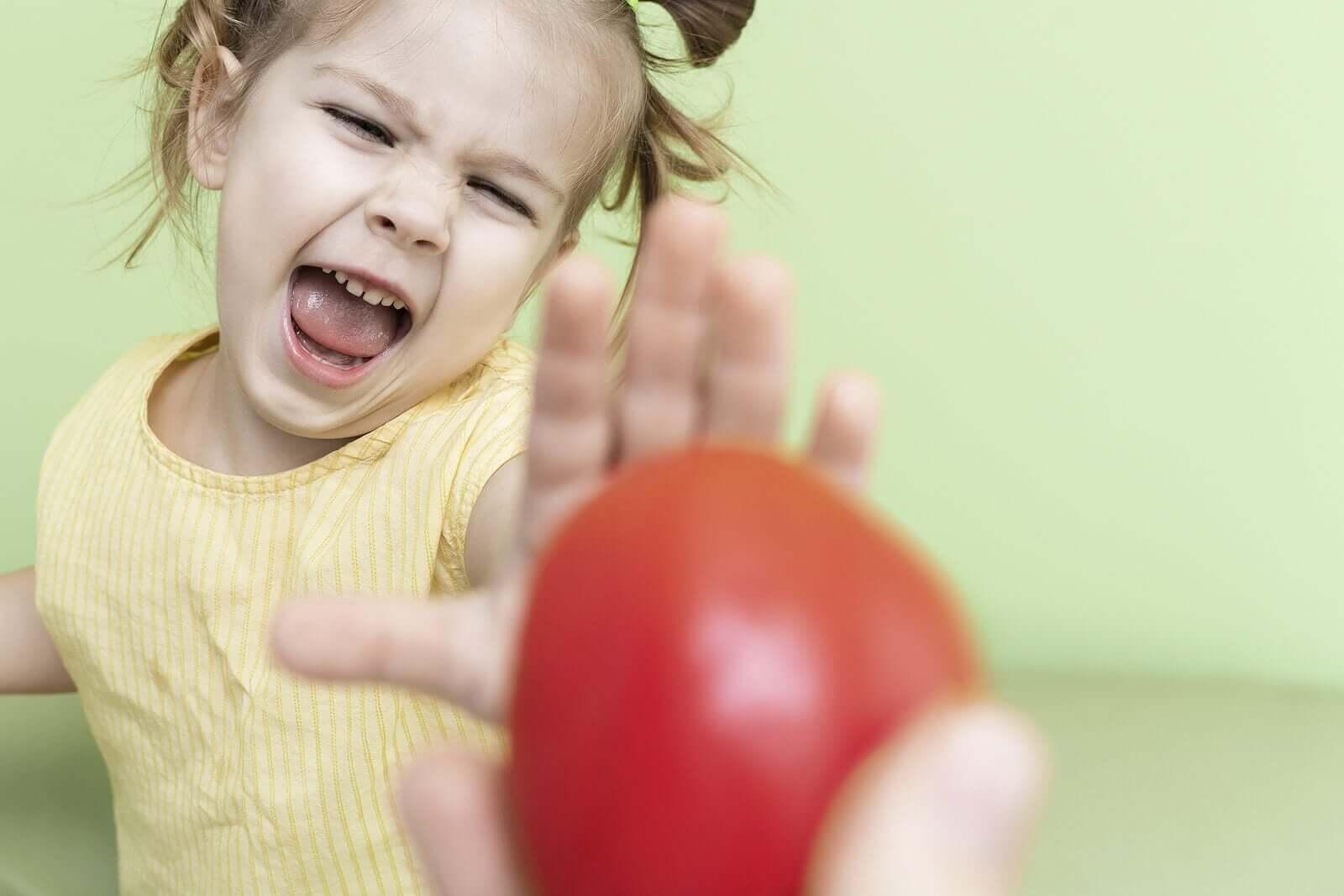 meyve yemek istemeyen çocuk