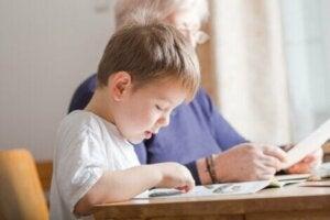 Büyükannesi ile okuma alıştırması yapan çocuk