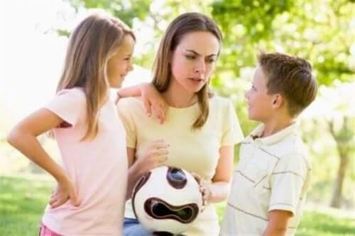 çocuklarıyla eğlenen anne