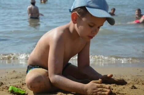 plajda oynayan çocuk