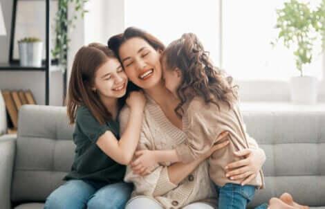 sarılan anne ve kızları
