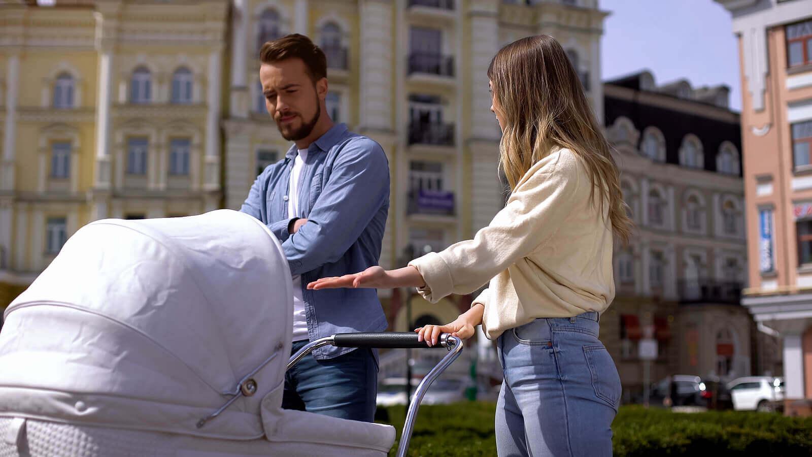 sokakta tartışan bir anne ve baba