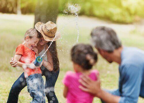 Anne baba kız ve çocuktan oluşan aile