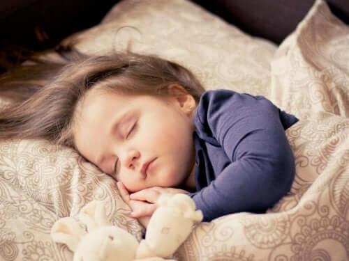 kız çocuk uyuyor peluş oyuncaklar