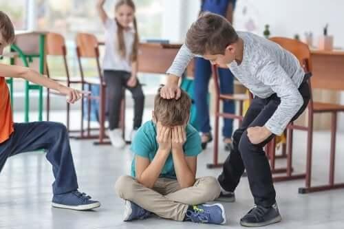 çocuk arkadaşına fiziksel şiddet uyguluyor