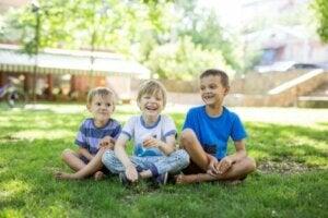 Parkta vakit geçiren çocuklar