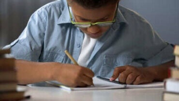 Çocukluk Çağında Disleksi: Belirtileri, Nedenleri ve Tedavisi